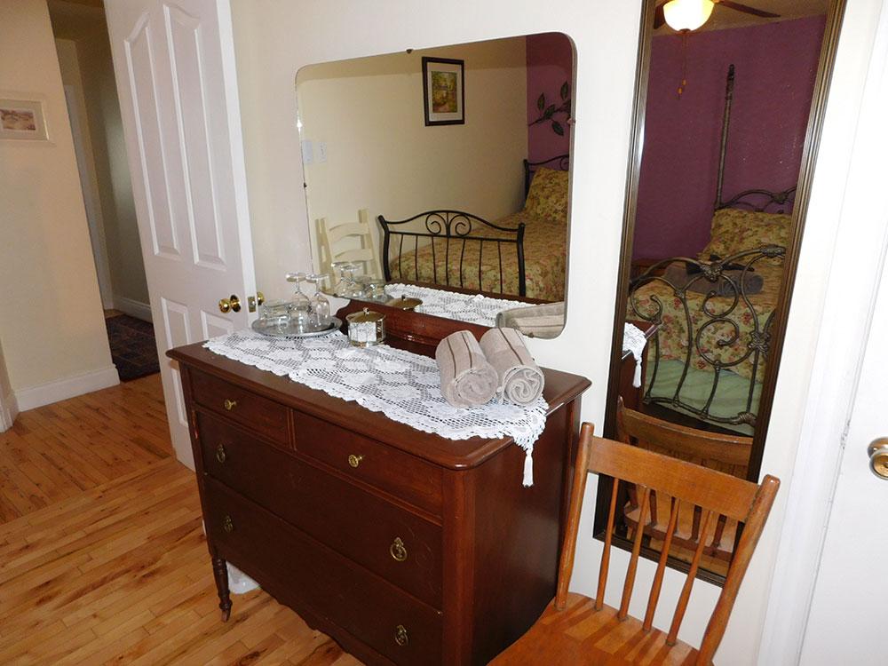 suite chambre lit double et simple 3 au coeur de magog. Black Bedroom Furniture Sets. Home Design Ideas