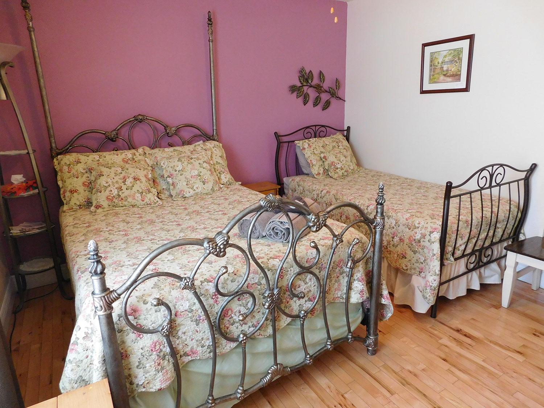 suite chambre lit double et simple 2 au coeur de magog. Black Bedroom Furniture Sets. Home Design Ideas